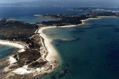 Siete kilómetros cuadrados y 64 playas. Estas son las cifras del municipio con más arenales de toda nuestra costa. El top three del podio se lo llevan las Rías Baixas, todo un fenómeno exclusivo de Galicia que no se aprecia en otro lugar del globo