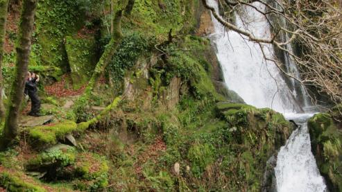 El río Cambás, en Aranga, se cuela entre las montañas formando uno de los valles más salvajes y bellos de Galicia. Sus dos cascadas, la de Castro Rodicio y la del rego da Palanca, son un regalo para los sentidos.