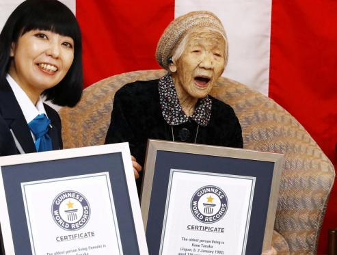La japonesa Kane Tanaka revalida su récord y celebra su cumpleaños junto a familiares y amigos.