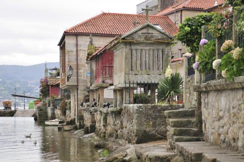 "Araño, Viturro o Isorna son tres de los grandes graneros de Galicia. Un trío de gigantes asentado en Rianxo, concello orlado de mar y piedra donde se alzan casi 800 ""celeiros""."
