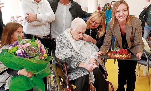 Pasó ayer a engrosar la lista de los 1.600 centenarios que hay en Galicia, cuarenta de ellos en Compostela.