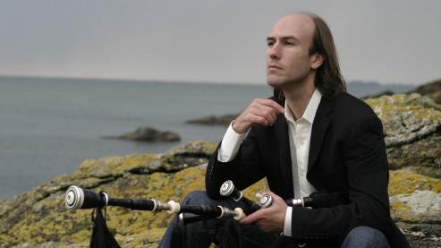 Carlos Nuñez, es uno de los músicos gallegos más reconocidos a nivel mundial. Gaiteiro virtuoso, saltó al panorama internacional en 1989 al grabar con The Chieftains.y