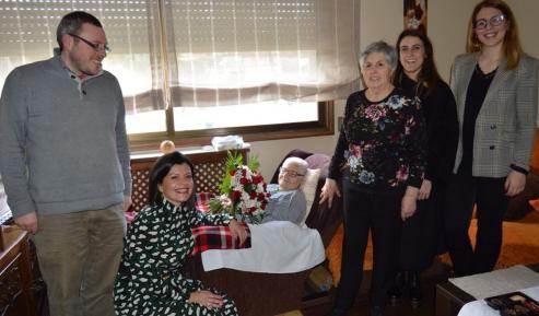 Anuncia, su hija y familia, Nidia Arévalo y Begoña Toucedo.