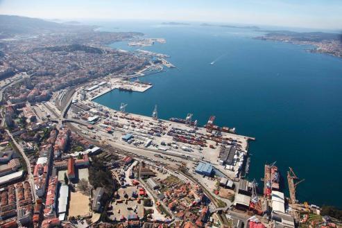 El Puerto de Vigo se ha convertido, a lo largo de los años, en un referente mundial en el tráfico de pescado, situándose a la cabeza en la descarga de esta mercancía para consumo humano.