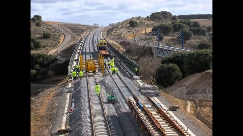 El retraso de la subestación eléctrica de As Portas limita la capacidad de la vía // Los trenes harán el recorrido a 200 km/h de media, pese a que 475 de los 548 km de Madrid a Santiago están diseñados para los 350 km/h.