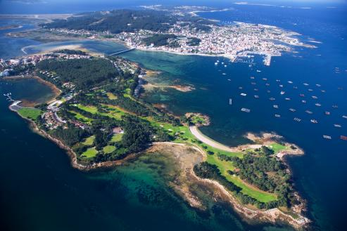 """El alcalde, convencido de que la empresa de Amancio López, realizará nuevas inversiones para convertir la isla en un """"resort"""" de calidad."""