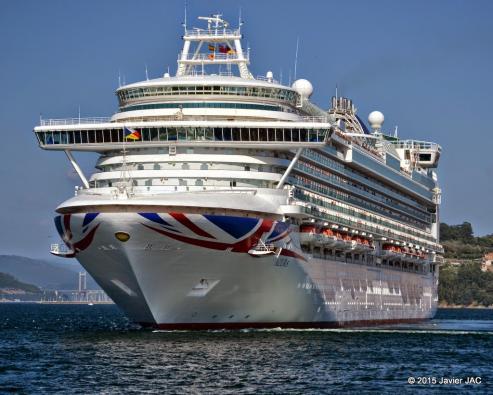 """La ruta prevista del """"Azura"""" incluía parada en A Coruña, pero la situación del mar obligó a alterar el itinerario"""