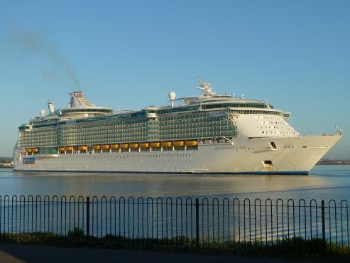 El buque realizará ocho visitas a la ciudad hasta el 22 de octubre, en las que acercará a 33.000 cruceristas.