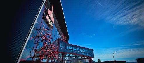 La firma inaugura MEGA, tres mil metros cuadrados consagrados a la historia de la bebida y la empresa.