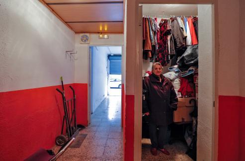 Rosario Planas lleva tres meses malviviendo en un ínfimo trastero en Valencia con un hijo discapacitado. Es lo que puede permitirse con la paga que tiene a sus 66 años.