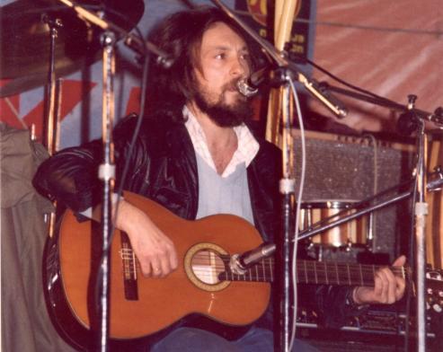 El pueblo de Regodobargo acoge un homenaje en el veinte aniversario del fallecimiento del recordado cantautor.