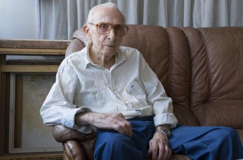 El decano de los artistas plásticos cumple años y muestra su último retrato: un poeta que admira, su hijo.