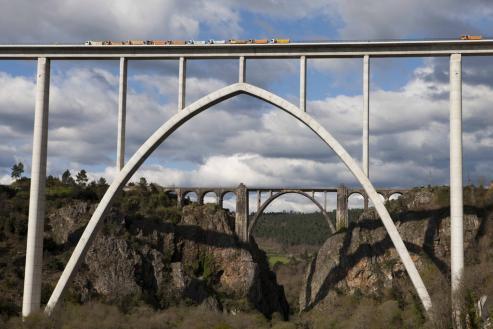 La orografia gallega y las nuevas técnicas contructivas dejan en una altura modesta los 45 metros del puente Morandi. Varias infrasturas gallegas tienen pilares que superan los 100 metros.