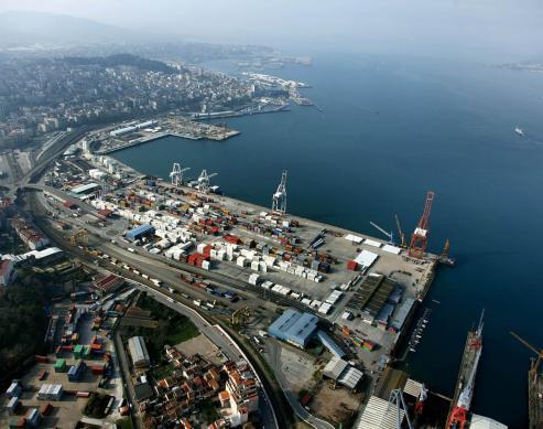 La reforma afectará a los muelles centrales, con eliminación de viales y de construcciones La terminal de Guixar, ocupada, y enfrente Transversal.