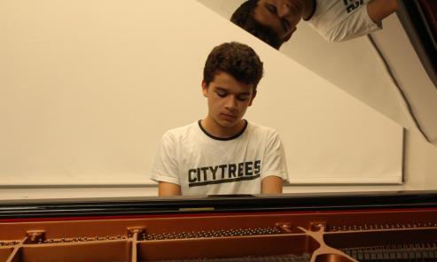 El pianista Sergio De Miguel logra una beca de 179.000 euros para la mejor universidad de música moderna del mundo, que hoy le entregará Gloria Estefan -Con 17 años, es el primer español en conseguirla.