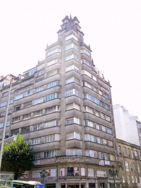 El histórico edificio vigués, coronado por una replica de la Victoria de Somotracia, hace honor a su nombre tras la limpieza de su fachada.