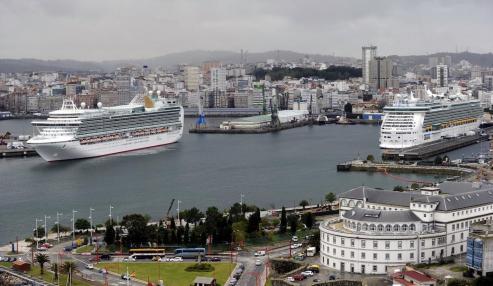 Uno de los buques, el noruego Hanseatic Inspiration, recaló en A Coruña en su ruta inaugural.