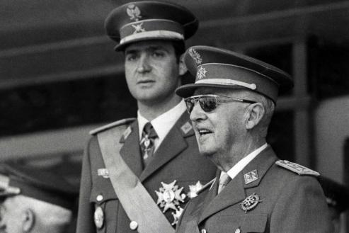El bisnieto de Franco, genera un aluvion de alabanzas y criticas en Twitter e Instagram, tras publicar su esquela.