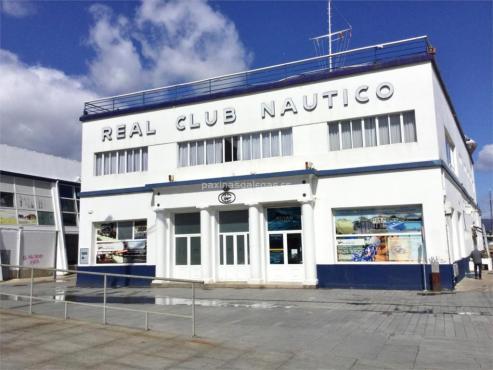 ¿Puede ser una piscina objeto de culto? Rotundamente, sí. Cuando en 1967 el Real Club Náutico inauguró la suya apareció en todos los medios de comunicación de la época por tratarse de la primera piscina cubierta climatizada de Galicia.