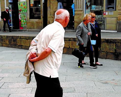 Las mujeres que no cuentan con compañía, duplican a los hombres. Has hasta cuatro veces más viudas que viudos en Galicia.