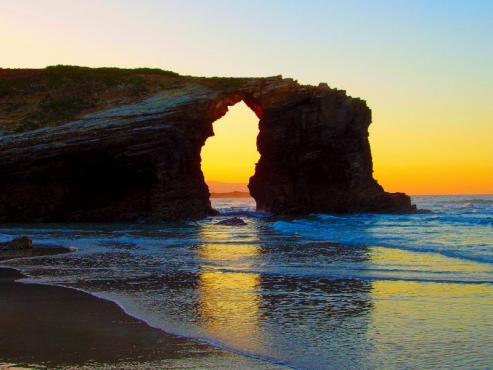 La sucesion de grutas, pasadizos y arcos labrados por el Cantabrico han convertido a esta playa en la más emblematica y visitada de Galicia