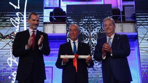 El Presidente de la Republica Portuguesa, recibió el galardon por su promoción de las relaciones bilaterales, de manos del Rey Felipe VI.